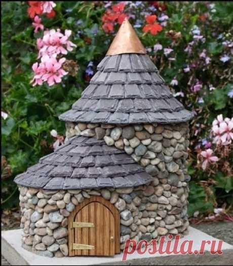 Креативная идея для декора сада или дачи. Замок из пластиковой бутылки и камней.
