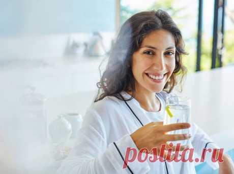 9 причин начать пить лимонную воду Сегодня о лимонной воде слышали практически все – ее даже предлагают во многих ресторанах в качестве бесплатной альтернативы обычной воде. В чем же секрет ее популярности и какими свойствами она облад...