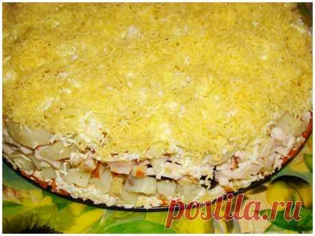 Праздничный слоеный салат с копченой курицей, черносливом и сыром - Простые рецепты Овкусе.ру