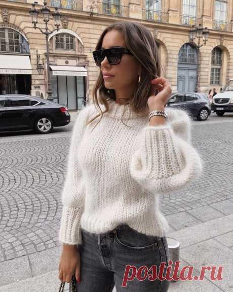 Белый свитер спицами из мохера лицевой гладью - схема