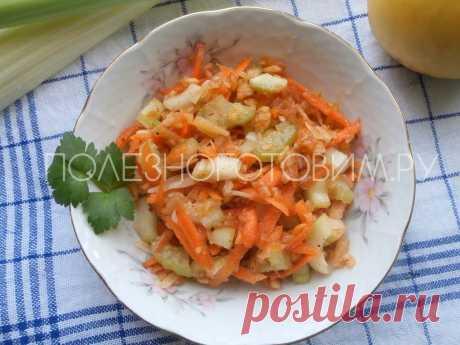 Мега полезный салат с морковью, яблоком и стеблем сельдерея. И еще кое-что для улучшения вкуса…🤭  Салат с морковью и яблоком получается весьма оригинальным благодаря добавлению маленького количества пары ингредиентов. Эта интрига вам понравится 👍