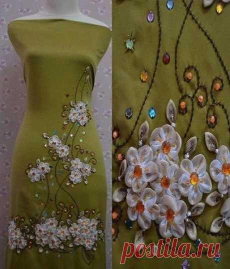 Декор платья - лентами.