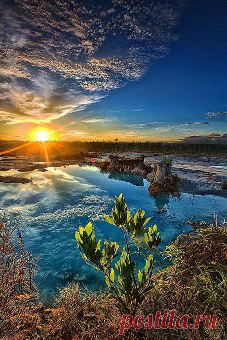 Голубое Озеро, Индонезия.    Фотограф Бобби Бонг, создает невероятно красивые фотографии неба и воды.