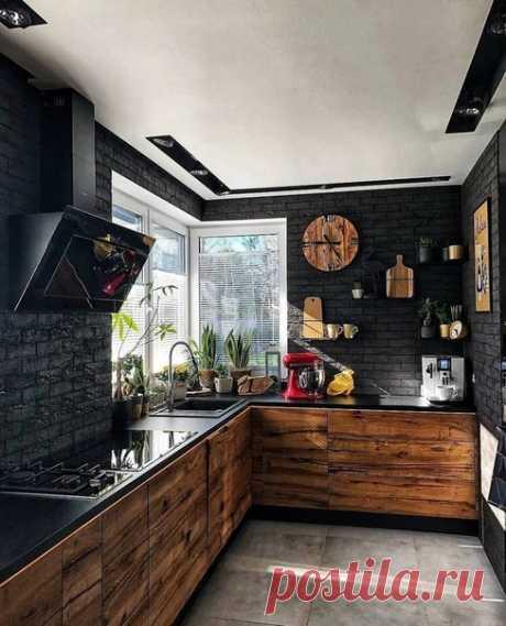 Кухня в темной цветовой гамме с мойкой у окна