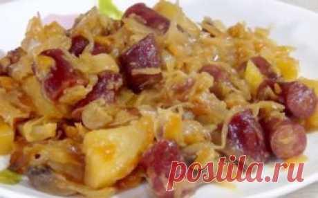 Капуста, тушенная с картофелем, колбасками и грибами