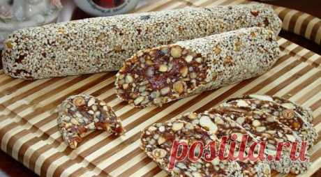 Финиковая колбаска  Вкусный и полезный десерт из сухофруктов. В сочетании с орешками это лакомство очень подходит как для постного питания, так и тем, кто следит за своей фигурой.  Ингредиенты:  Финики (без косточек) — 250 г Курага — 250 г Кунжут — 100 г Семечки подсолнуха — 50 г Орехи кешью — 150 г Цедра апельсина — 1 шт. Корица — 1 щепотка Кардамон — 1 щепотка  Приготовление:  1. Пропустить через мясорубку финики (очищенные от косточек) и курагу. 2. Все орешки и половин...