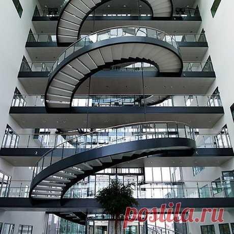 Необычные стеклянные лестницы