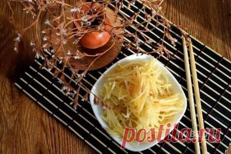 """Камди-ча  """"Камди-ча"""" в Корее пользуется большой популярностью, и каждый готовит по своему вкусу. Этот салат можно приготовить очень острым с добавлением красного жгучего перца, можно добавить соевый соус или приготовить без него, можно накалить растительное масло и обжарить на нем кунжут, можно добавить жареную свинину. Но главной """"фишкой"""" остается немного недоваренный картофель. При таком способе варки картофель сохраняет в себе все полезные вещества и хорошо усваивается ..."""
