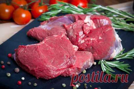 Не платите за дорогой смягчитель для мяса – это та же наша сода, но в фантике красивом. Вам нужно, чтобы мясо быстро прожарилось-протушилось, да еще чтобы мягким было? Губа не дура, все хотят эдак-то. Что делаем? Натерли кусок содой и на несколько часов в холодильник. Перед готовкой я замачиваю мясо в проточной воде, удаляю остатки соды, чтобы их на дух не было. Даже старую воловину таким манером можно под телятинку молодую скосить. #совет