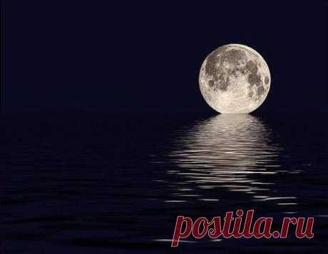 Луна и океан.