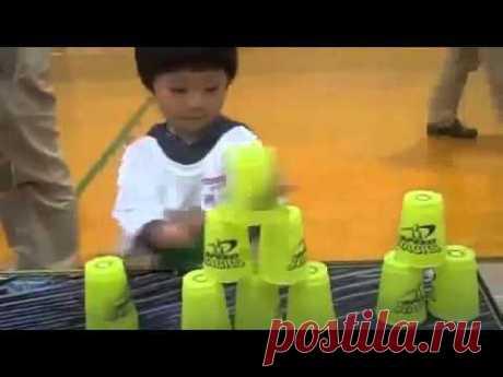 Трехлетний мальчик и стаканы / Малютка