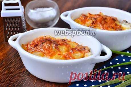Запечённое куриное мясо в горшочках с помидорами и ананасами. Предлагаю приготовить простое, но очень вкусное блюдо, а именно запечённое куриное мясо в горшочках с помидорами и ананасами под нежной корочкой сыра. Курочка получается очень нежной, в меру сладковатой из-за консервированного ананаса и немного кислой за счёт помидор. Приготовить её можно как на праздники, так и на каждый день.
