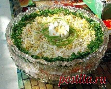 """НЕЖНЫЙ САЛАТ """"БРИЗ"""" Ингредиенты: 2 - помидора (среднего, ближе к крупному размера); 1 банка - консервированной горбуши или семги; 4 - яйца; 2 - крупных картофеля; несколько листов салата. Для заправки; 170 гр - сметаны; 100 гр - майонеза; пучок - укропа; сок - половинки лимона. Приготовление: Картофель, яйца отварить, помидоры ошпарить кипятком и снять кожуру, листья салата промыть в воде. Приготовление заправки:  Укроп мелко порезать в него добавить сметану, майонез и сок лимона, все тщател"""
