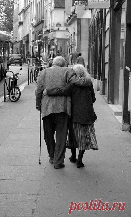 (54) Pareja de ancianos - ..................POR LAS CALLES DE PARIS.