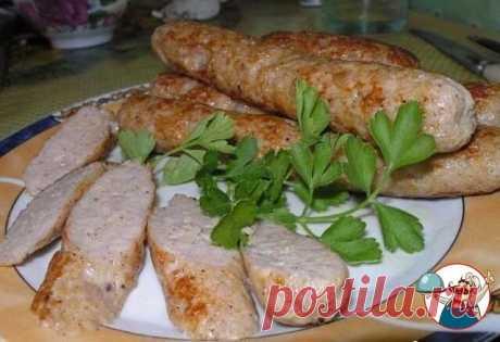 Домашние куриные колбаски  Ингредиенты:  500 гр куриного фарша  200 мл молока  паприка сладкая 1 ч.л.  соль, перец по вкусу  приправа к курице (у меня курица гриль)  Приготовление: 1. Фарш смешать с молоком, поставить в холодильник на 30-40 минут, достать всыпать все специи, хорошо перемешать. если есть кондитерский шприц, то используйте его, у меня нет, поэтому я наполняла обычный полиэтиленовый пакетик и отрезала уголок диаметром 1,5-2 см. 2. Отрезала от пищевой плёнки к...