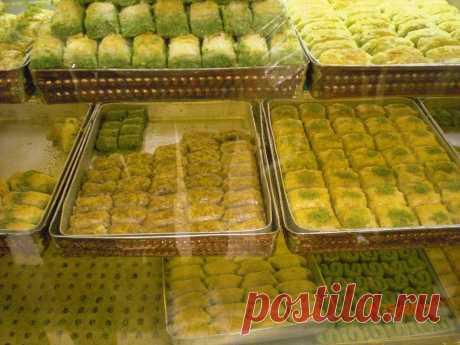 Баклава-традиционная турецкая сладость.Она бывает разных видов-на любой вкус и цвет)Изготавливается из тончайшего слоенного теста,с начинкой из разных видов,поливается сладким сиропом.Осторожно-очень сладкое блюдо!