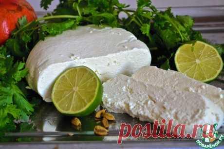 Сыр панир. Ингредиенты для блюд индийской кухни не всегда просто найти, но один из них – панир – сделать очень просто. Панир – это пресный сыр. Он пористый и мягкий на вкус и поэтому прекрасно впитывает в себя различные вкусы и добавляет блюдам очень приятную текстуру. Кубики сыра замечательно сочетаются с соусом из шпината (Paalak paneer) или пряным томатным соусом (Shahi panner). Также есть замечательное индийское блюдо, в котором панир готовится вместе с картошкой, зеле...