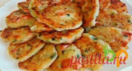Оладьи-пиццы …МММ…вкуснятина! Сытный завтрак и хорошее настроение на целый день  Свежая зелень, томаты, колбаска и, конечно же, расплавленный тягучий сыр…МММ…вкуснятина!