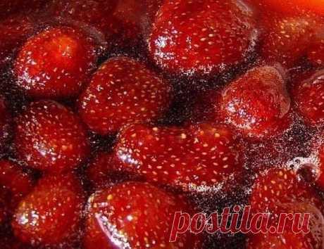 """КЛУБНИЧНОЕ ВАРЕНЬЕ БЕЗ ВАРКИ   Журнал """"JK"""" Джей Кей Ингредиенты: - 2 кг клубники - 1 кг сахара - 0,5 стакана воды Для клубничного варенья берем клубнику небольшую, но спелую. Удаляем плодоножки, моем ягоды под проточной водой и сцеживаем на сито..."""
