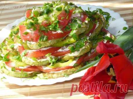 Овощной тортик   Нам потребуется:  кабачок 1 шт  помидоры 2 шт  Показать полностью…