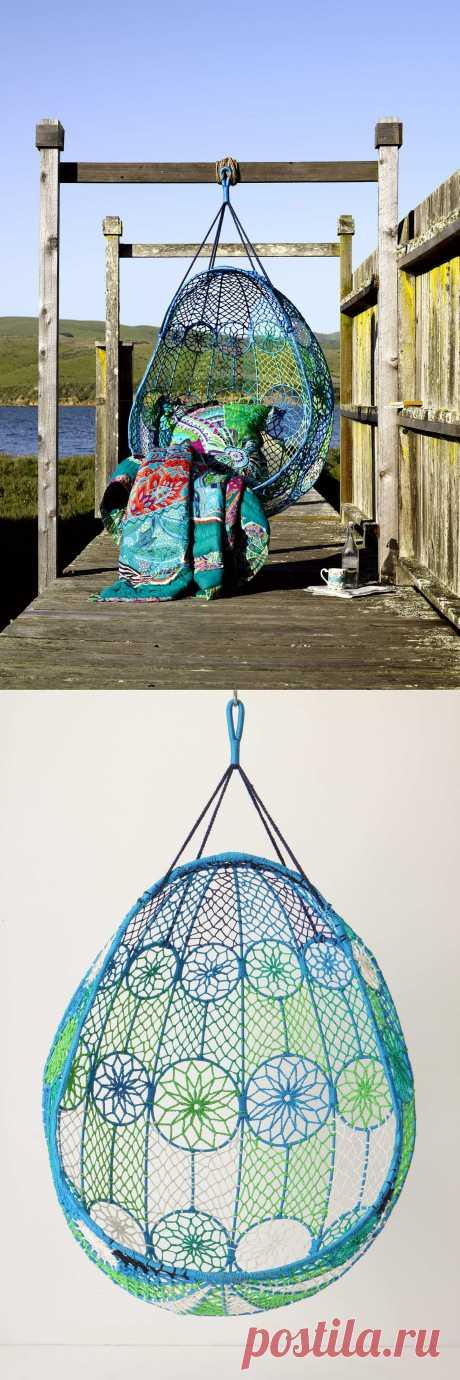 Ажурное подвесное садовое кресло-качеля.