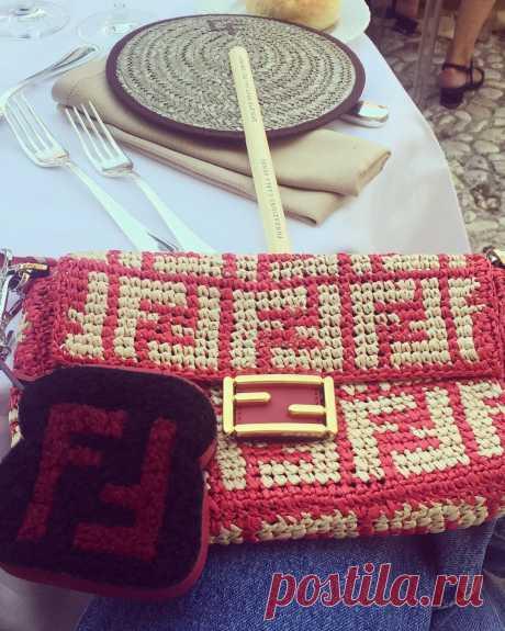 Модные желто-красные сумки спицами – 3 модели с описанием вязания - Пошивчик одежды Мировые модные бренды словно устроили соревновательную гонку с рукодельницами о том, кто лучше и круче свяжет или придумает. На подиумах блистают
