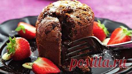 Шоколадный фондан Во многих французских бистро и ресторанах вам предложат десерт под названием шоколадный фондан. Разломив этот тёплый порционный шоколадный кекс, вы обнаружите текучий центр. Отсюда другое название этого десерта: шоколадный кекс с жидким центром.  Для