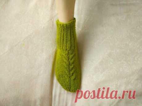 Мастер-класс по вязанию носков на двух спицах Теплые вязаные вещи, выполненные своими руками, – прекрасная обновка для холодного времени года. Самый простой способ – носки на двух спицах. Такие носки просты в исполнении и подойдут для начинающих. Они хорошо ложатся по ноге, модель не требует вывязывания дополнительных швов. Материалы. Для вязания носков двумя спицами на размер ноги 37–38 нам понадобятся: Пряжа классической толщины 100г\200м, 1 моток; Спицы №3-3,5. Состав п...