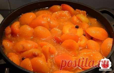АБРИКОСОВОЕ ВАРЕНЬЕ  Чтобы дольки при закипании либо помешивании варенья не превратились в однородную массу, абрикосы замочить в растворе соды: он подарит мякоти плодов упругость и сделает пригодными для варки в сиропе.   Ингредиенты: Абрикосы − 2 кг; Вода − 1−1,2 л; Сахар − 2−2,2 кг  Ингредиенты для содового раствора: Вода − 2 л; Сода − 2 ст.л.  Сначала вымыть и перебрать абрикосы. Переспелые и помятые лучше отложить, ведь такие дольки вряд ли сохранят форму. Не подойдут ...