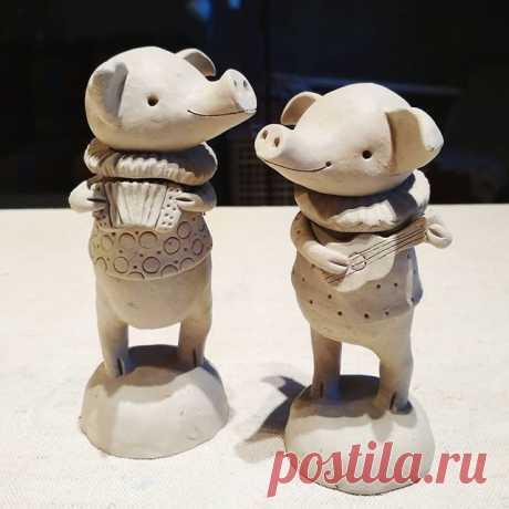 Репетируют к Новому году, скоро их выход! #свинтусы #годсвиньи #2019 #поросята #керамикачариной #керамическаясвинья #авторскаяскульптура #керамика #керамикаручнойработы #handemadeceramics #pigs #ceramicpig #ceramics #artceramics