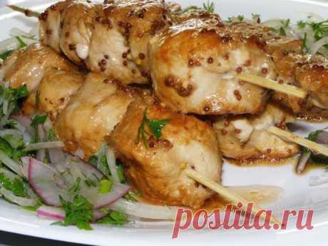 El shashlik de la gallina en el horno
