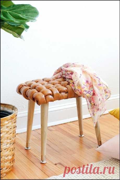 Плетеный табурет Отрез искусственной кожи, немного поролона и умелые руки — всё, что понадобится для изготовления такого предмета мебели.