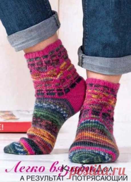 Los calcetines vinculados por la cinta a los nudos quitados. La labor de punto por los rayos