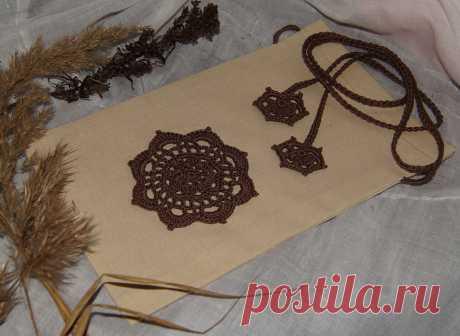 Мешочек тканевый, украшенный кружевом ручной работы. Может использоваться в качестве упаковки подарка в стиле бохо. В нем можно хранить украшения или милые сердцу сокровища, письма любимого... А можно наполнить его ароматными сухими травами.