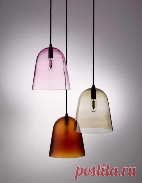 Интересные стеклянные светильники серии Softscape Такие светильники производят из прозрачного или матового стекла, а также из алюминия. Цветовая гамма не очень широкая: красный, темно-серый, янтарный или просто прозрачный вариант.