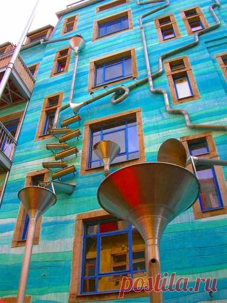 Дом, играющий музыку во время дождя. Дрезден, Германия
