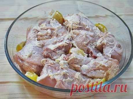 Курица, запеченная с лимоном  Ингредиенты:  Курица — 700 г Лимон — 0,5 шт. Мед — 1-2 ст. л. Соль — по вкусу Смесь перцев — по вкусу Сметана — 2 ст. л.  Приготовление:  1. Лимон нарезать крупными ломтиками. Мед растопить до жидкого состояния. Курицу посолить, поперчить, залить медом и добавить лимон. Тщательно перемешать, активно надавливая на лимонные кусочки. Мясо промариновать 40 минут. 2. По прошествии времени достать куски курицы из маринада и переложить их в форму для...