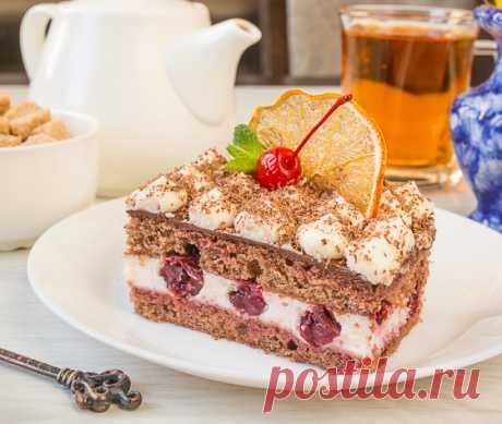 Шоколадное пирожное с вишней Готовится очень просто. В основе пирожных классический бисквит с какао,крем - маскарпоне со сливками и сочная вишня.