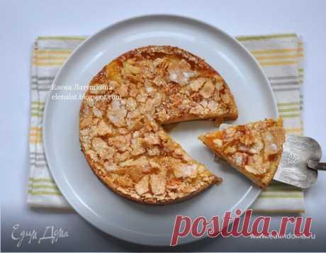 Нежный яблочно-грушевый пирог с хрустящей корочкой. Ингредиенты: сахар, молоко, миндальные лепестки