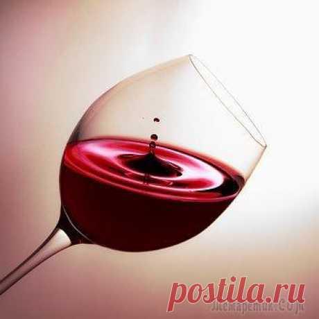 """Вина вина (Стих) Сказал когда-то кто-то мне,Что """"правда"""" кроется в вине!Как жаль, что я не пью вина,Вот мне и """"правда"""" не видна.Люблю по жизни больше виски -Мне, """"правда"""", кажется в сосиске!Возможно тот кто любит водк..."""