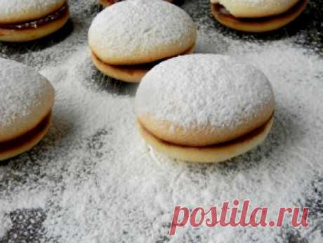 Пирожное «Лакомка» — рецепт с фото пошагово. Бисквиты получаются не влажными, но в то же время они - не сухие абсолютно. Мягкие, и в сочетании с кремом - ну очень вкусные.