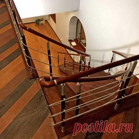 Лестница на косоуре и комбинированные ограждения