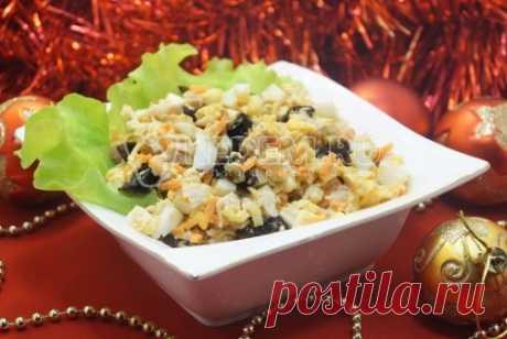 Новогодний салат «Фейерверк» Нежный, острый новогодний салат «Фейерверк» с курицей и черносливом для вашего праздничного стола.