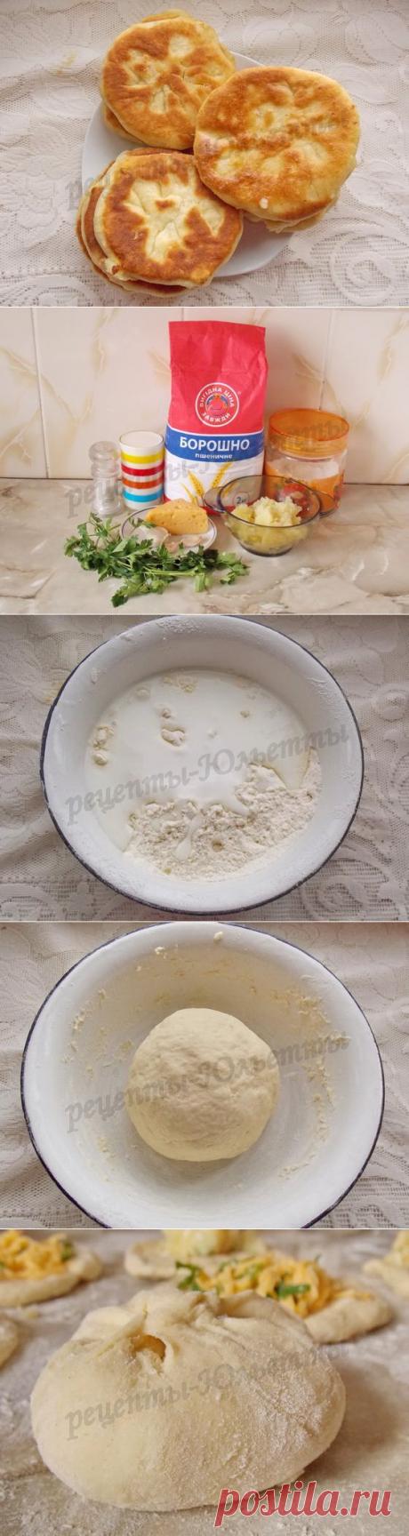 Лепёшки на кефире с картошкой и сыром =Для теста: 3 стакана муки; 1 стакан кефира; 1 чайная ложка соли; 1 чайная ложки пищевой соды. -Для начинки: =Вариант 1 Твёрдый сыр; Зелень; Чесночок. =Вариант 2 Картофельное пюре; Немного сыра; зелень петрушки.