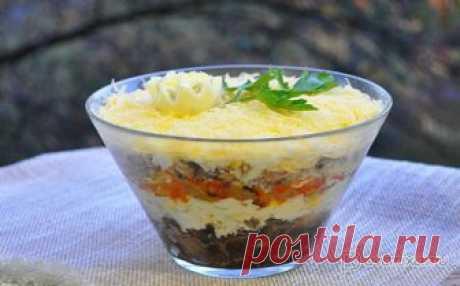Слоеный салат с консервированной рыбой и грибами Салат мы готовим недолго, он красивый, аппетитный и на удивление вкусный. А также сытный.