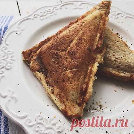ППсэндвичи   Раньше я думала , что в сэндвичнице можно готовить, только используя обычных хлеб. Оказывается нет Делюсь очень вкусным рецептом 🏻 Ингредиенты: 1 яйцо ; 1 столовая ложка мягкого творога(с горкой ); соль,специи ; 1 ст.л Любой ц/з муки 2 ст л овсяных отрубей (смолоть в муку)  Готовим: Все ингридиенты смешиваем блендером . На разогретую сэндвичнице ложкой выкладываем дно бутерброда .Закрываем ,ждём 2-3 минуты .Открываем ,выкладываем вашу начинку томатная...