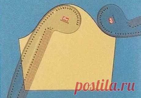 Французское лекало (перо) - линейка из прозрачного толстого пластика (2,5 мм), по форме напоминающее перо. С помощью французского лекала можно выполнить все линии при построении выкройки одежды любого кроя.   Один из концов лекала имеет прямой угол, с помощью которого можно проводить перпендикуляры, другой конец закруглен – позволяет чертить выгнутые и вогнутые линии (линии горловины, проймы, оката рукава и т.п.).   С одной стороны лекала есть прямой участок, длиной 40 см,...