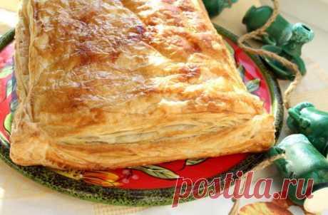 Слоёный греческий пирог с мясным фаршем, сыром, брынзой и болгарским перцем