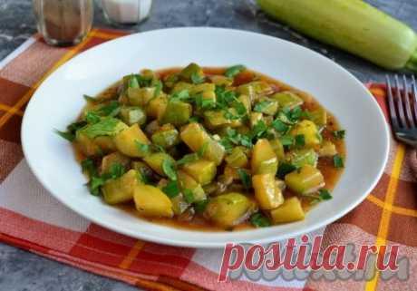 Жареные кабачки в соевом соусе - 8 пошаговых фото в рецепте Жареные кабачки, приготовленные с добавлением соевого соуса, - отличное блюдо, которое можно подать с отварным рисом или другой рассыпчатой кашей. Готовится всё очень быстро и просто, попробуйте обязательно - очень вкусно! Кабачки нужно выбирать молоденькие, с нежной кожицей и без семян. Ингредиенты