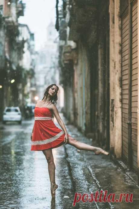 ФотоТелеграф » Ослепительные фотографии танцоров, выполняющие па на улицах Кубы